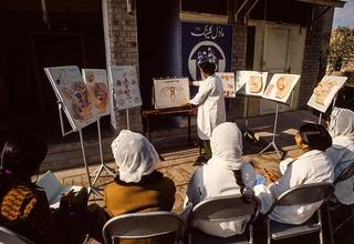 نساء يحضرن حصة تثقيفية حول تنظيم الأسرة في باكستان في 1973. يجب أن يتمتع الناس بالوصول إلى المعلومات حول أجسامهم وخصوبتهم. © الأمم المتحدة/بي. وولف
